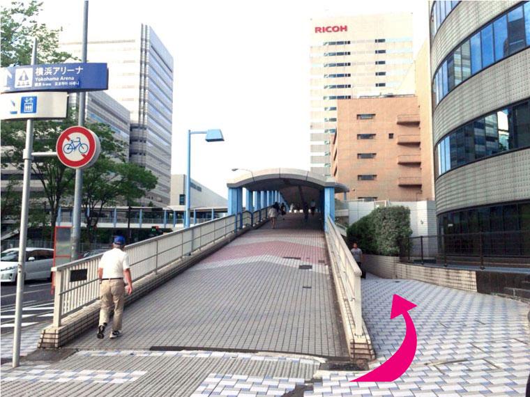 ⑥歩道橋の脇を通り、まっすぐ進みます